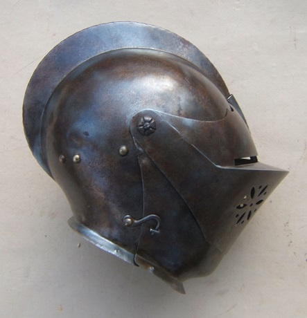 A VERY GOOD QUALITY VICTORIAN/EDWARDIAN PERIOD GERMAN CLOSED-HELMET, ca. 1620/1900 front