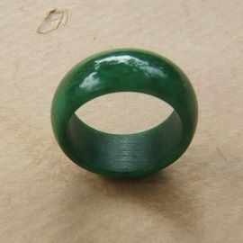 A VERY FINE 18th/19th CENTURY CHINESE GREEN JADE/JADITE ARCHER'S RING, ca. 1800