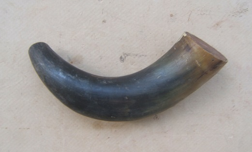 A MID 19th CENTURY AMERICAN RIFLE-TYPE POWDER HORN, ca. 1830-1850 view 1