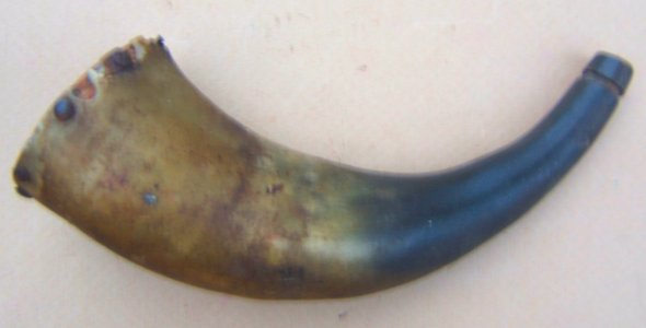 A VERY GOOD EARLY/MID 19th CENTURY AMERICAN RIFLE-TYPE POWDER HORN, ca. 1830-1850 view 1