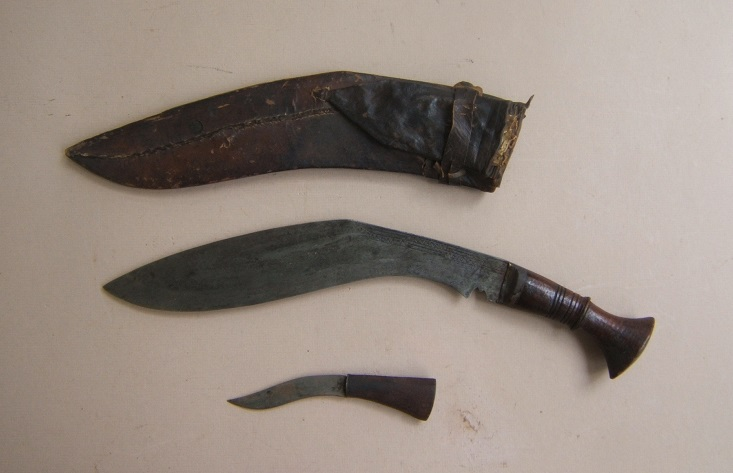 A FINE LATE 19TH CENTURY NEPALESE GURKHA KUKRI KNIFE & SCABBARB, ca. 1880 view 2